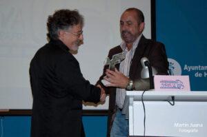 """Pedro hace entrega a Arturo Macías de la """"Mención de Socio de Honor 2013/14"""""""
