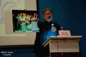 Arturo muestra una de sus primeras obras presentadas a concurso