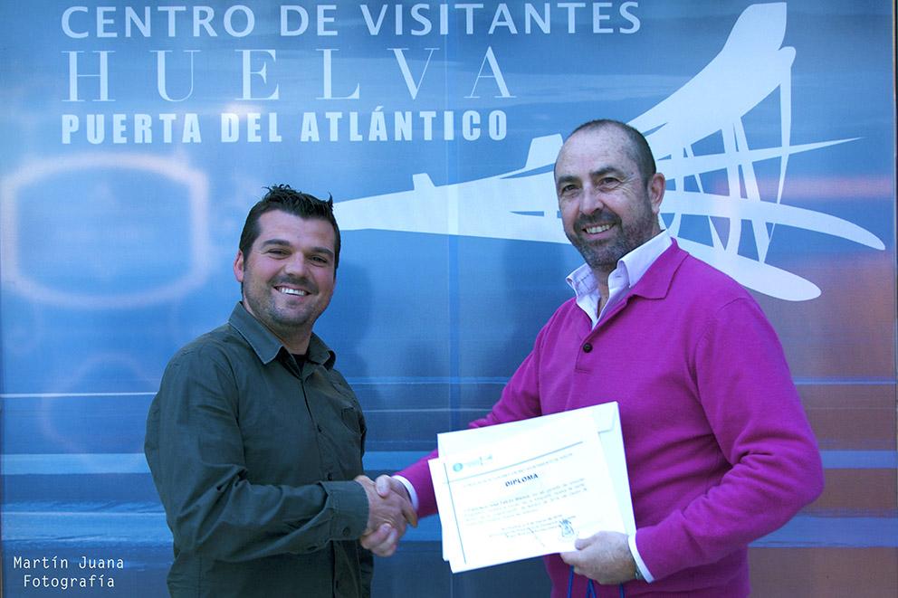 Francisco J. Falcón Blanco recoge sus premios de la mano de Pedro J.  Ruiz- Constantino, Presidente de nuestra Asociación
