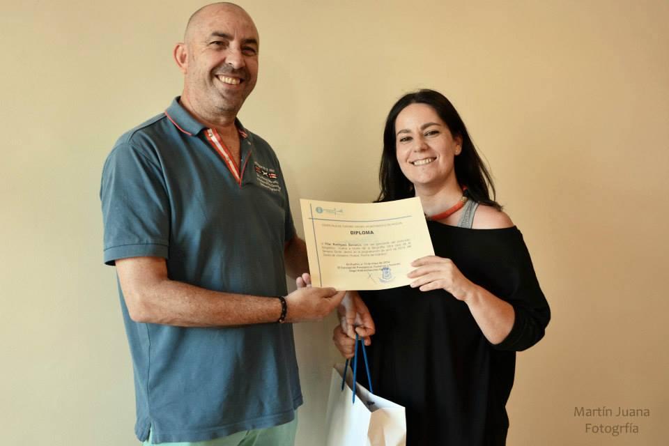 Pedro J. Ruiz-Constantino Perez presidente de nuestra asociación (Huelva y sus fotógrafos) hace entrega del premio a la ganadora del Concurso OTRA CARA DE LA SEMANA SANTA, Pilar Rodriguez Barranco