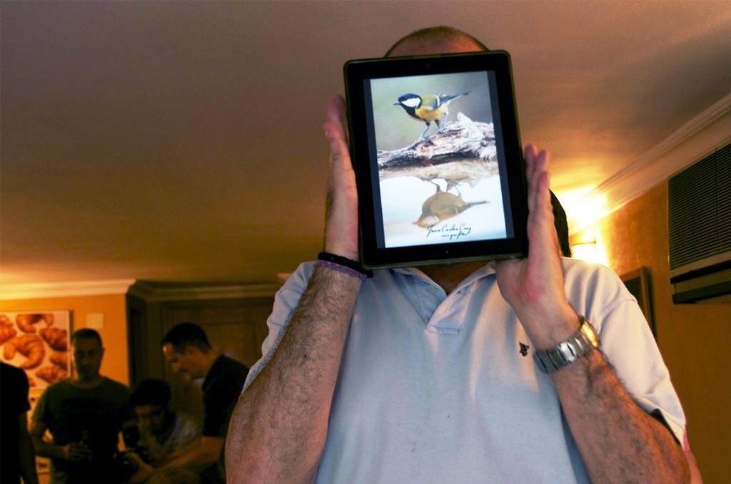 """""""Alguien"""" se esconde tras la tablet"""